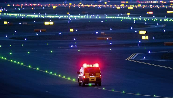 Am Flughafen Frankfurt wurde am Freitag eine Piste nach einer erneuten Drohnensichtung vorübergehend gesperrt. (Symbolbild)