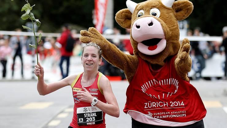 Martina Strähl stellt die Konkurrenz beim Murtenlauf in den Schatten, nur das Leichtathletik-EM-Maskottchen «Cooly» mag ihr bis ins Ziel folgen.KEY