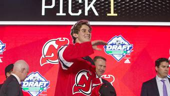Jack Hughes (Bildmitte) im Dress der New Jersey Devils