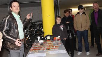 Thomas Grob moderierte die Versteigerung der Fundgegenstände im Parkhaus des Stadthauses. gil
