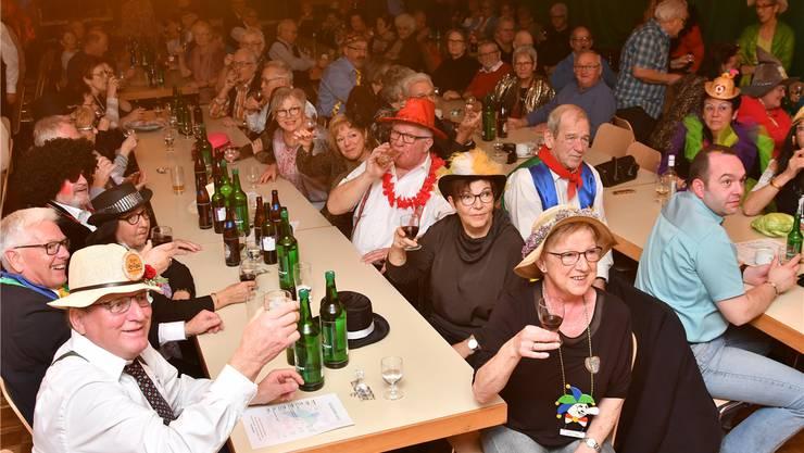 Am gut besuchten Seniorenball tranken die Zuschauer Wein und Bier.
