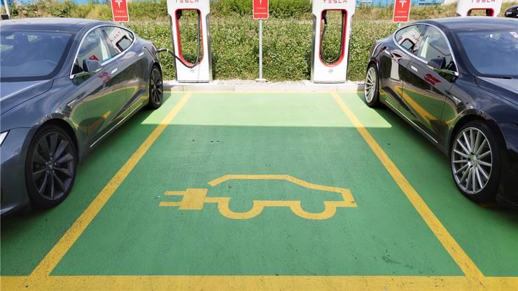 Nur der Anfang: Elektro-Autos wie der Tesla werden in Zukunft noch viel mehr Parkplätze mit Aufladestationen besetzen. Auch Dietikon soll eine solche Ladestation bekommen, fordert FDP-Gemeinderat Michael Segrada. (Symbolbild)