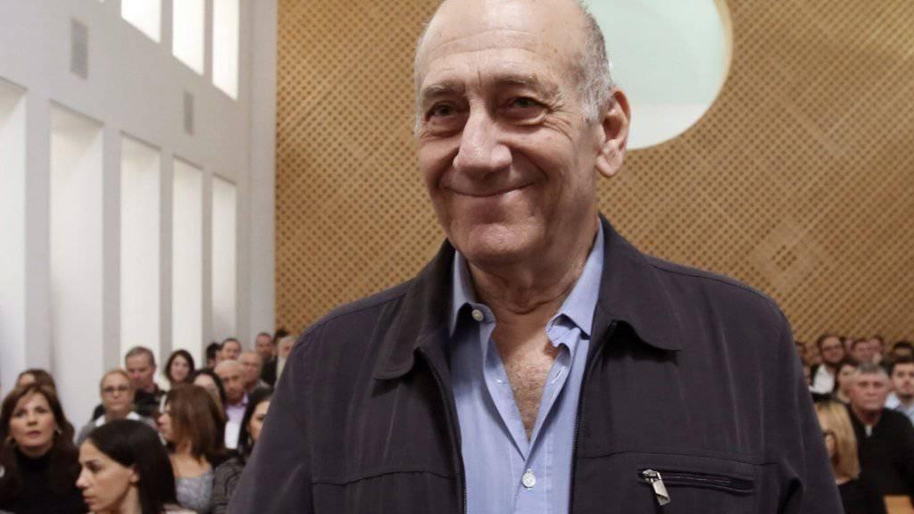 Israels ehemaliger Ministerpräsident Ehud Olmert (70) reagiert im Gericht erleichtert auf die deutliche Verringerung seiner Haftstrafe wegen Korruption. Die Richter hatten seine Haftstrafe von sechs Jahren auf 18 Monate verringert.