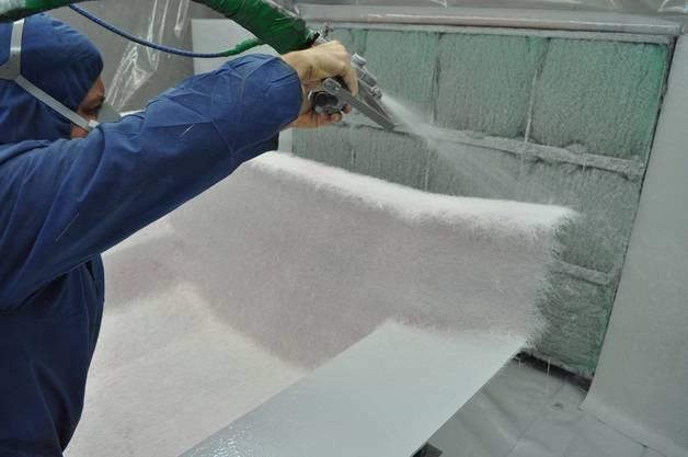 Das Glasfaser Harz-Gemisch wird aufgespritzt