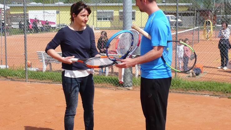 Club-Trainer Andreas Schmid hilft bei der Schlägerwahl