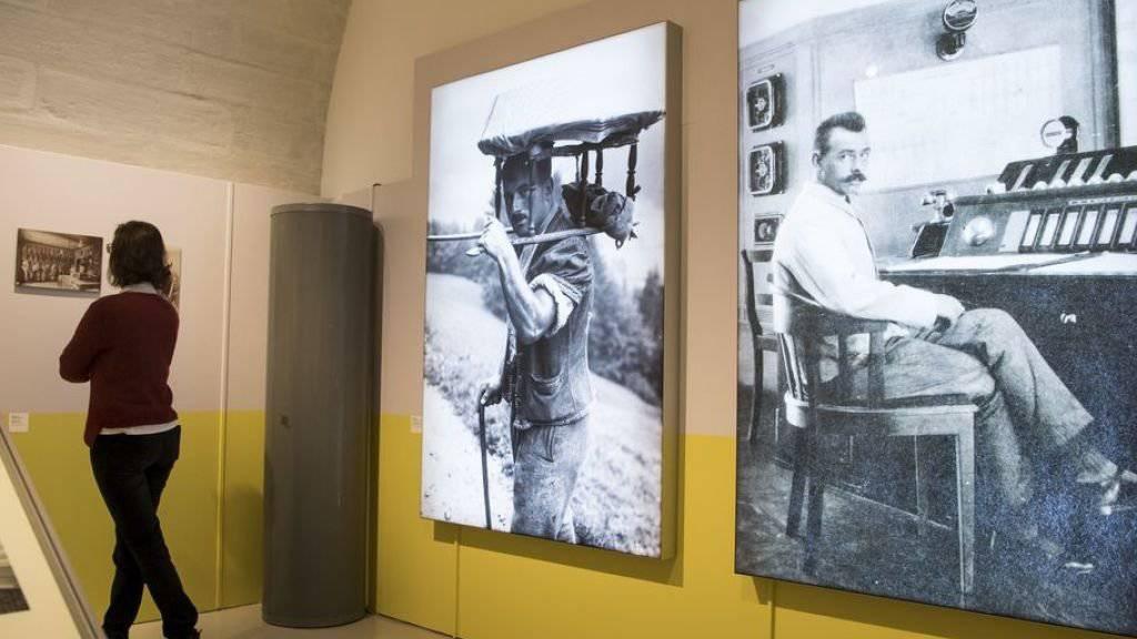"""Blick in die Ausstellung """"Die Arbeit. Fotografien von 1860 bis heute"""" im Schloss Prangins."""