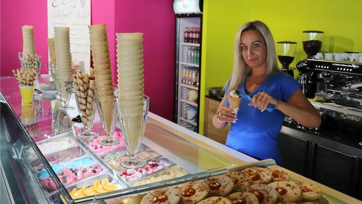 Eine Mitarbeiterin im neu eröffneten «Ice Store» in Baden.