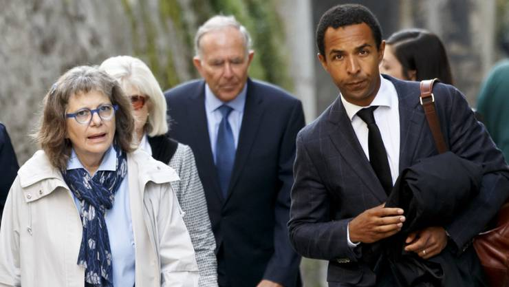 Der Anwalt der Angehörigen des Opfers, Simon Ntah (rechts), verlangte am Freitag vor Gericht die Höchststrafe für den Angeklagten.
