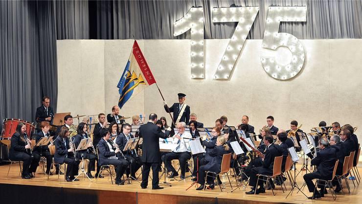 Die Musikgesellschaft Frohsinn aus Neuendorf bei ihrem Jubiläumskonzert mit Dirigent Urs Heri.