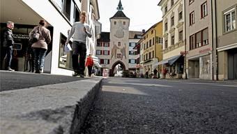 Die heutige Rathausstrasse ist noch weitgehend identisch mit jener, als der ganze Nord-Süd-Verkehr durchs Törli führte; die neue soll niveaulos werden.