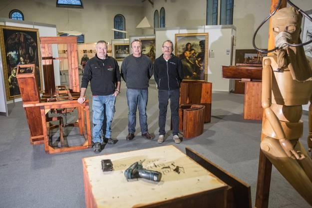 Gabriele Niccolai von der florentinischen Modell-Manufaktur Niccolai macht sich zusammen mit den Ausstellungsmachern Roland Gasser und Heinz Schafroth (v. l.) an den Abbau der Da-Vinci-Ausstellung.