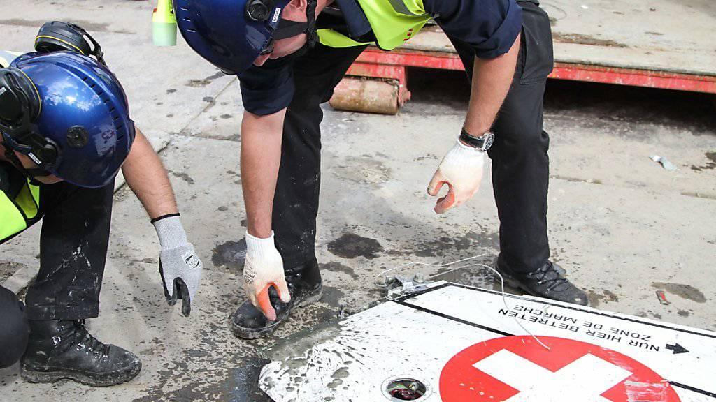 Die Untersuchungen an den F5-Wrackteilen begannen unmittelbar nach dem Absturz. Die holländischen Behörden haben ihre Ermittlungen nun abgeschlossen. (Archivbild)