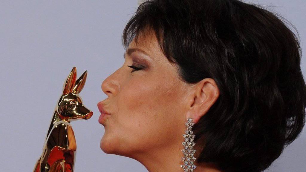 Janina Hartwig küsst die Auszeichnung bei den Bambi Awards 2010 in Podsdam (Archiv)