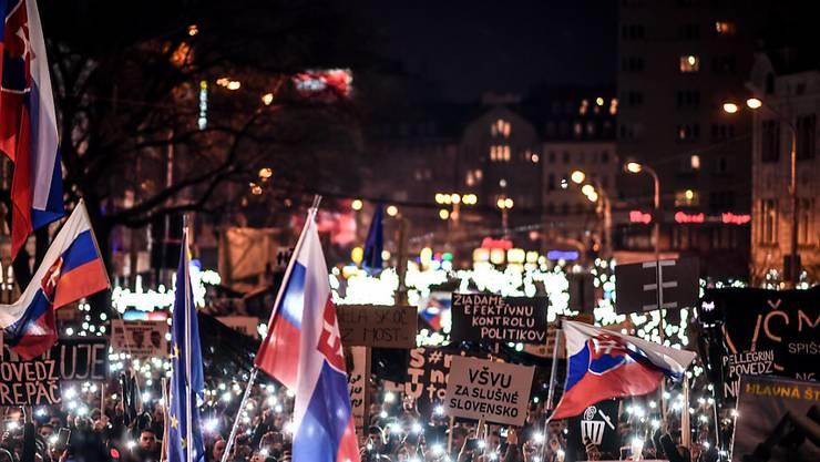 Nach der Ermordung des slowakischen Journalisten Jan Kuciak sind am Freitag in der Slowakei wieder zahlreiche Menschen auf die Strasse gegangen. (Archivbild)