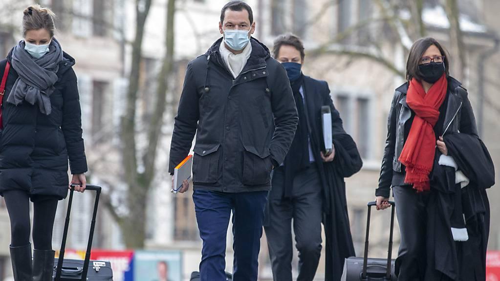 Pierre Maudet am Montagmorgen mit seinen Anwälten beim Eintreffen am Gericht.