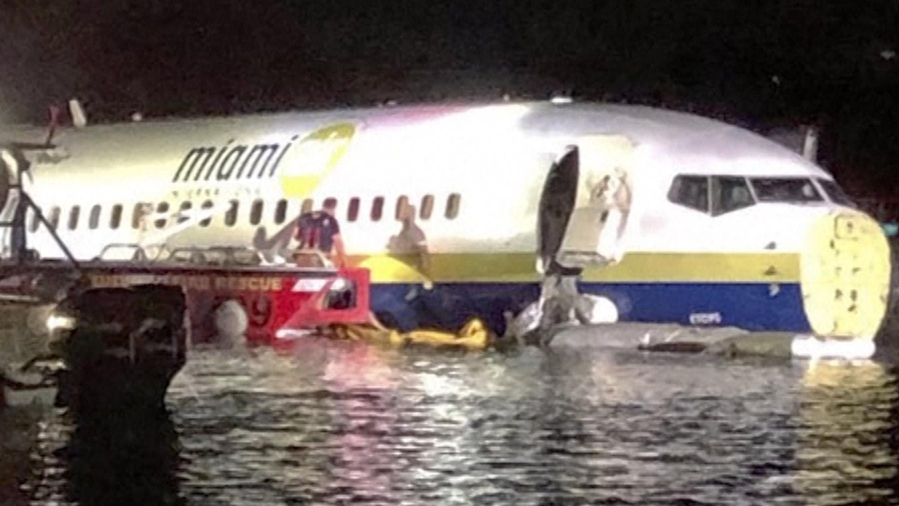 Passagiermaschine rutscht auf US-Flughafen von Piste
