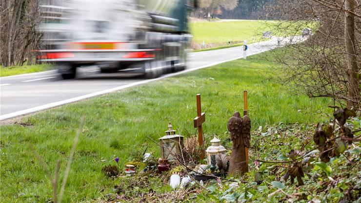 Gedenkstätte in Endingen für zwei Busfahrgäste, die 2014 bei einem Unfall ums Leben gekommen sind.