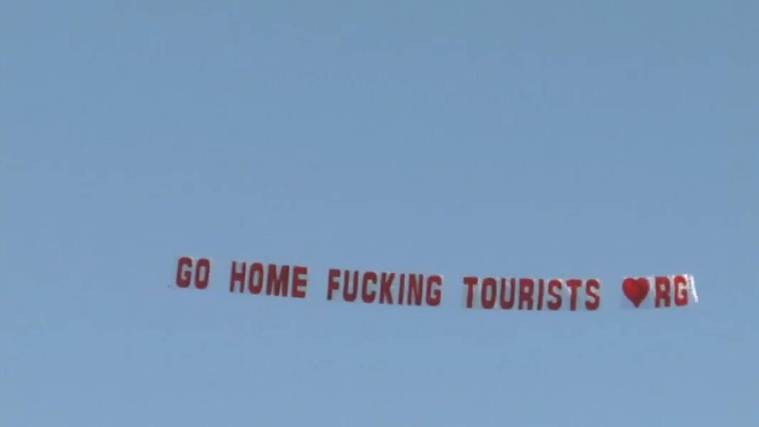 «Geht nachhause, verdammte Touristen»: Wie diese Banderole einer Touristin rettete