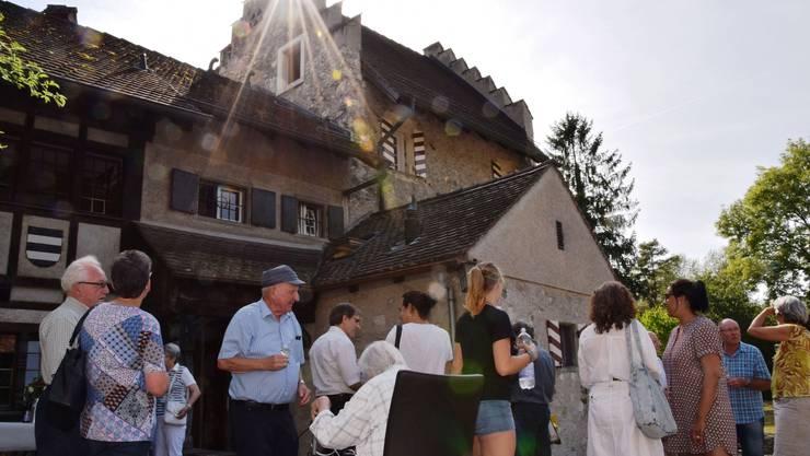 Bei strahlendem Sonnenschein finden sich die Gäste zum Jubiläums-Apéro vor dem «Schlössli Altenburg» ein, in dem sich die Jugendherberge Brugg befindet.
