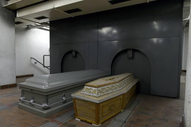 Saerge im Innern des Krematoriums Sihlfeld D anlaesslich einer Besichtigung des Krematoriums