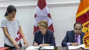 Bundesrätin Simonetta Sommaruga (Mitte) und der Innenminister von Sri Lanka,  Seneviratne Bandara Nawinne (rechts), unterzeichnen das Memorandum of Understanding über eine Migrationspartnerschaft in Colombo.