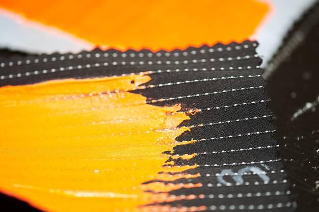 Die Firma Rotofil aus Stabio liefert Materialien für leuchtende Kleidung. Bild: madevisible/AnjaWurm