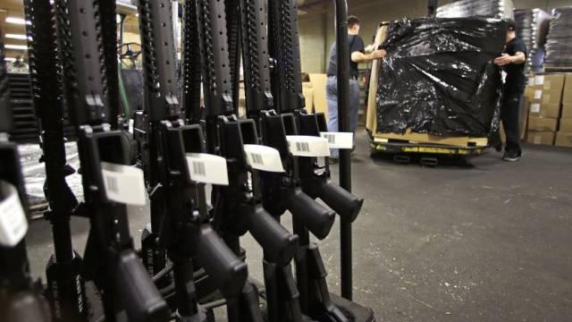 Gewehre in einer US-Waffenfabrik bereit zur Auslieferung (Archiv)