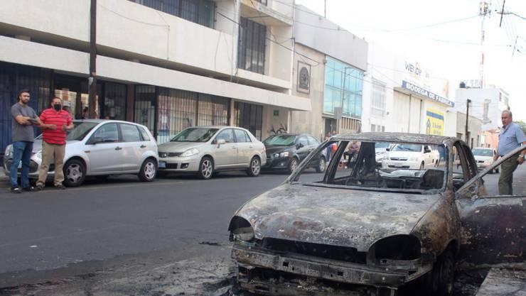 Mindestens zwölf Tote bei Kämpfen zwischen Banden: Blick auf eine Strasse in Calaya (Bundesstaat Guanajuato), in der Kriminelle Blockaden errichteten und Autos verbrannten.