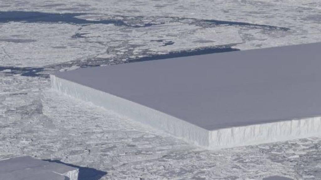 Beinahe surreal: Forscher sind auf einen nahezu perfekt rechteckigen Eisberg gestossen.