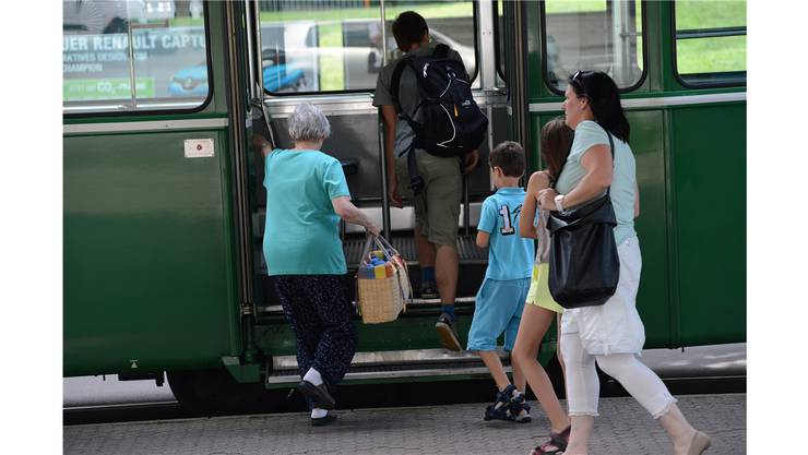 Autofahrer müssen mit Einschränkungen auf dem gesamten Festgebiet rechnen, deshalb reist man am besten mit den öffentlichen Verkehrsmitteln an. Die Regionalen Verkehrsbetriebe Baden-Wettingen, die Postauto AG und die SBB verdichten und verlängern ihr Fahrplanangebot während der Badenfahrt. Dabei wird der Festpass während der Festzeiten sowie eine Stunde davor und danach als Fahrausweis anerkannt. Er gilt in 17 Zonen der A-Welle: 530, 531, 532, 533, 550, 551, 552, 560, 561, 562, 563, 565, 570, 571, 572, 573, 574.
