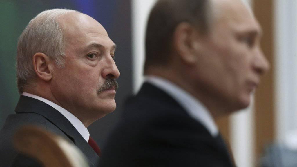 Seitenblick auf Kremlchef Wladimir Putin (r.): Alexander Lukaschenko, autoritär herrschender Präsident Weissrusslands, bei einem Treffen in Minsk. Nach der EU hat nun auch die Schweiz die Sanktionen gegen Lukaschenko und seine Getreuen aufgehoben (Archiv)