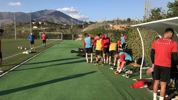 Die Fussballer gönnen sich eine Trinkpause im Training.