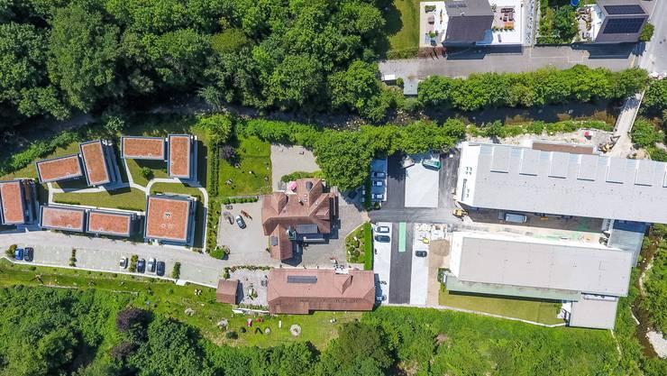 Blick von oben auf das Gelände der ehemaligen Textilfabrik Froehlich. Zum Zeitpunkt der Drohnenaufnahme im Juli waren die Bauarbeiten fast abgeschlossen.