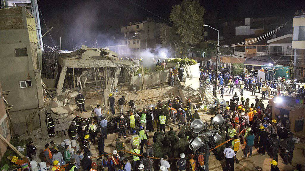 Rettungskräfte und Helfer suchen in den Trümmern der eingestürzten Schule in Mexiko-Stadt nach Überlebenden.