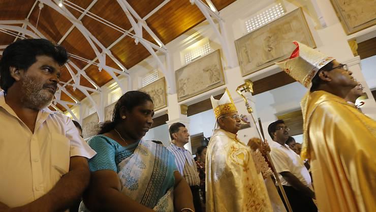 Erste Messe in der von den Anschlägen betroffenen Kirche in Colombo: Kardinal Malcolm Ranjith (zweiter von rechts) zelebriert sie mit Überlebenden.
