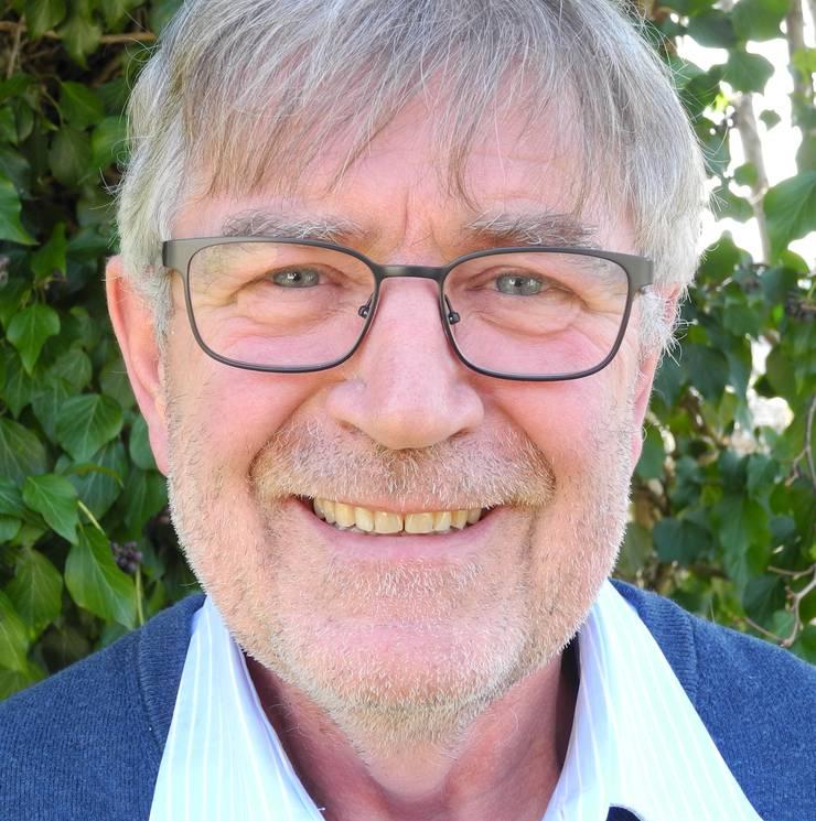 Walter Bühler (SVP) ist 64 Jahre alt. Er ist der erfahrenste Oetwiler Gemeinderat und seit 1994 im Amt. Den Schmittenhof übernahm er 1975 vom Vater. Heute führt er ihn zusammen mit Sohn Benjamin. Sie sind mit Leib und Seele Bauern. Neben der Arbeit als Politiker und als Landwirt engagierte sich Bühler unter anderem im Bereich Saatgut. Seit 1991 war er im Vorstand der Ostschweizer Saatgut-Produzenten (vormals Zürcher Saatgutgenossenschaft), bis 2015 als Präsident.