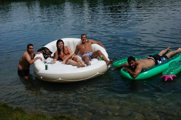 Gute Kombination: Auf  einem Sofa mit Kaktus liessen sich diese Schwimmer den Fluss hinuntertreiben.