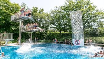 Bademeister Daniel Schoch hat in der Hitzewoche vom 25. Juni 2019 besonders viel zu tun. Fotografiert in der Badi Fondli in Dietikon