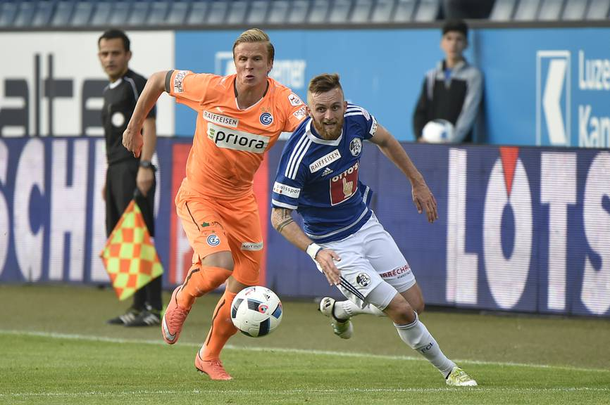 FCL-Spieler Jakob Jantscher (rechts) setzt sich gegen GC-Spieler Moritz Bauer durch.