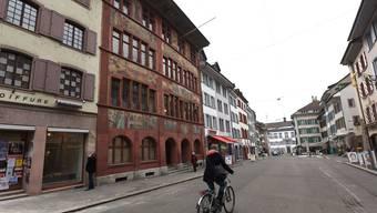 Rathaus (links) gegen Regierungsgebäude (hinten): Liestaler Stadtrat und Kantonsregierung treffen sich vor Gericht. Jun