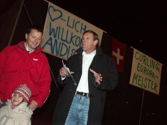 Der Curler wurde im Dezember 2006 nach seinem EM-Gold vom Oberengstringer Gemeindepräsident Reto Cavegn mit Krawatte und Wappenscheibe empfangen.