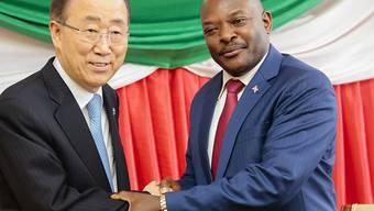 UNO-Generalsekretär Ban Ki Moon während Gesprächen mit dem burundischen Präsidenten Pierre Nkurunziza. Während Bands Besuch explodierten in der burundischen Hauptstadt mehrere Granaten.