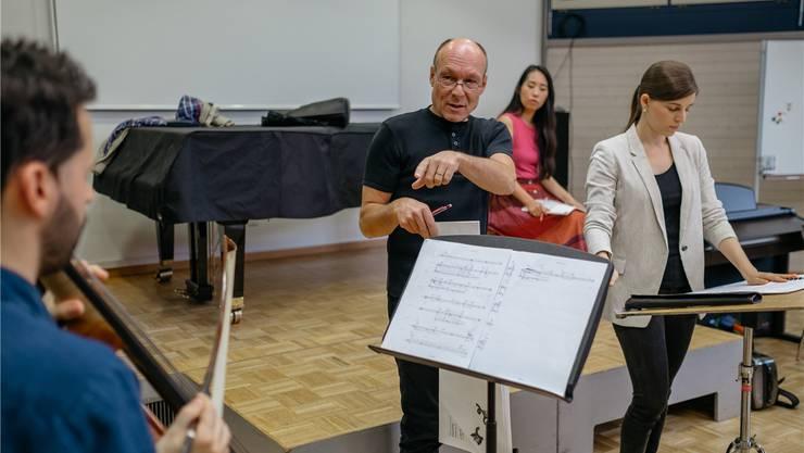 Dieter Ammann erklärt dem Cellisten, dass es nicht immer auf Genauigkeit ankommt.Stefan Deuber / LUCERNE FESTIVAL