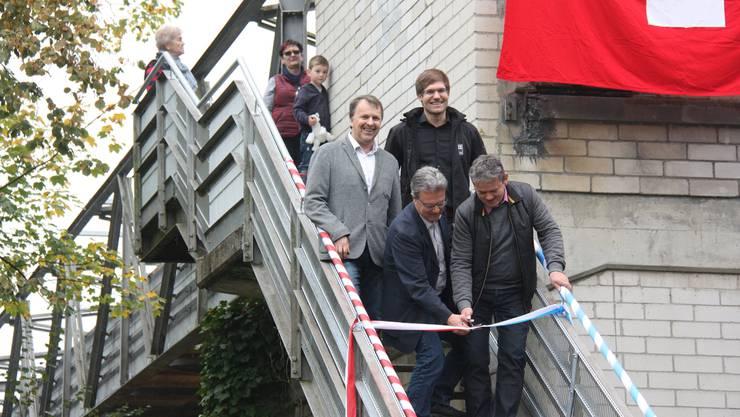 Mit dem Banddurchschnitt geben die Ammänner Herbert Anderegg, Holderbank, und Ulrich Salm, Veltheim, die Brücke frei.