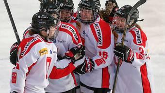 Torschützin Alina Müller (vorne links) und ihre Teamkolleginnen feiern auf dem Weg zum 6:1-Sieg gegen Dänemark am Olympia-Qualifikationsturnier in Arosa den ersten Treffer