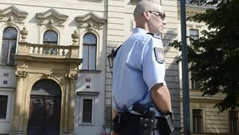 Ein Polizist vor der Regierungszentrale in Prag