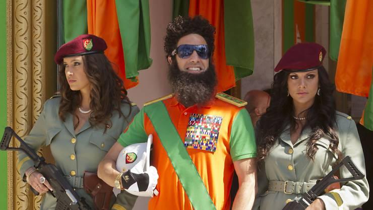 Schauspieler Sacha Baron Cohen posiert als Diktator am Filmfestival von Cannes (im Mai 2012). Ähnlichkeiten etwa mit dem Libyer Gaddafi und seiner weiblichen Leibwache sind sicherlich unbeabsichtigt.
