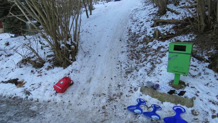 Unfallstelle in Zeiningen: Hier krachten drei Kinder mit ihren Snowgliders, wie die blauen Bobs offiziell heissen, in einen Geländewagen.