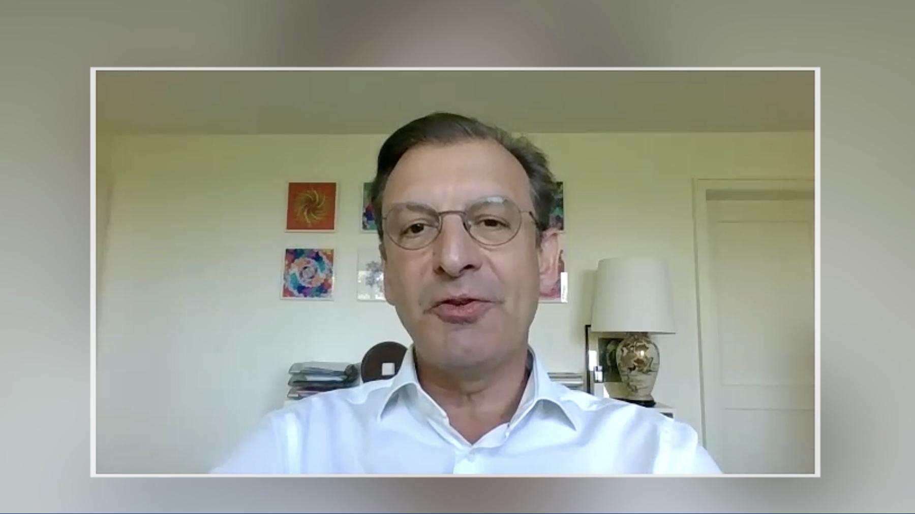 Novartis-Chef Schweiz Matthias Leuenberger auf dem «Sofa Jaune»
