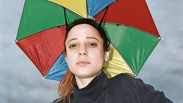 Vereint viele Talente unter einem Schirm: Universalkünstlerin Lara Stoll (33).